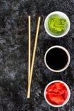 Ustawia dla suszi soj kumberlandu imbirowego wasabi z chopstick na kamiennym tle fotografia stock