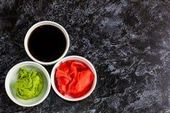 Ustawia dla suszi soj kumberlandu imbirowego wasabi z chopstick na kamiennym tle obrazy royalty free