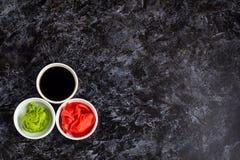 Ustawia dla suszi soj kumberlandu imbirowego wasabi z chopstick na kamiennym tle zdjęcia royalty free