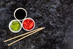 Ustawia dla suszi soj kumberlandu imbirowego wasabi z chopstick na kamiennym tle zdjęcie stock