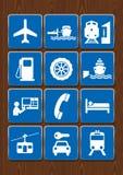 Ustawia ikony lotnisko, benzynowa stacja, port, dworzec, wagon kolei linowej, mechanicy Ikony w błękitnym kolorze na drewnianym t Zdjęcia Stock