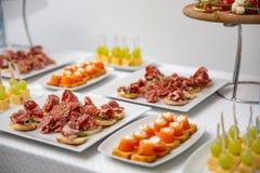 Ustawia różnorodność przekąski na stole i canapes przy restauracją świętować ślub obraz royalty free