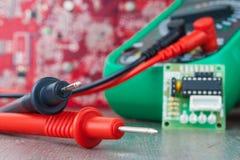 Ustawianie, naprawa sprzęt elektroniczny Rozwija lub odnosić sie elektronika zdjęcia stock