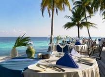 ustawienie tabeli restauracji na plaży obraz royalty free