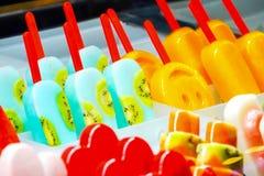 Ustawiony świeży fruity lody tak jak kiwi, truskawka, jagoda, etc w pokazie dla sprzedaży, obraz royalty free
