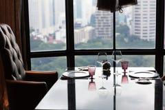 Ustawiony stół dla 2 w świetnej łomota restauraci obraz stock