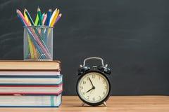 Usted debe de nuevo a escuela el tiempo y recordar traer el libro de texto Foto de archivo libre de regalías