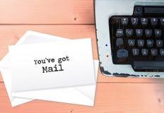 Usted el ` VE consiguió el correo encendido envuelve la pila de las letras con la máquina de escribir, vintag fotos de archivo libres de regalías