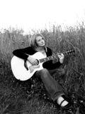 Usted guitarra del A. del juego de la mujer. Imagen de archivo libre de regalías