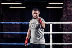 Usted lucha al hombre siguiente en vendajes rojos del boxeo Fotos de archivo