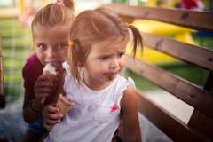 Usted puede el ` t estar triste cuando usted ` con referencia a comer el helado fotos de archivo
