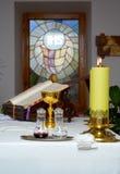 Ustensile d'église sur un autel Photographie stock libre de droits