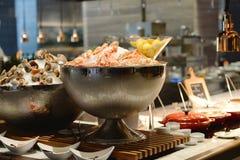 Ustensile de cuisine avec des fruits de mer Image stock