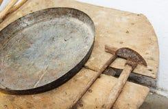 Ustensiles antiques de ménage images stock