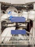 Ustensiles dans le lave-vaisselle photographie stock