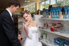 Ustensiles de achat de cuisine de nouveaux mariés Photos stock