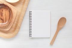 Ustensiles de carnet et de cuisine pour des recettes de nourriture Photographie stock