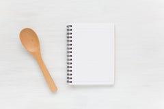 Ustensiles de carnet et de cuisine pour des recettes de nourriture Images stock