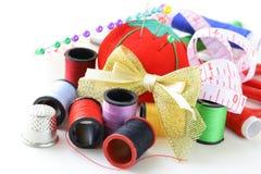 Ustensiles de couture - amorçages colorés par bobines Photo stock