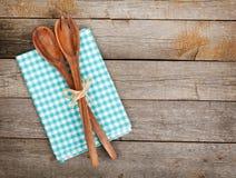 Ustensiles de cuisine de vintage au-dessus de table en bois Images stock