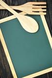 Ustensiles de cuisine et conseil vert sur la table photos libres de droits