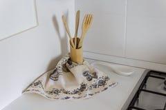 Ustensiles de cuisine et serviettes de cuisine en bois, décoration photo libre de droits