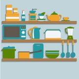 Ustensiles de cuisine sur des étagères Images stock