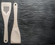 Ustensiles de cuisine sur un fond de graphite Photographie stock libre de droits