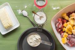 Ustensiles de cuisson, farine, sucre, beurre sur la surface en bois verte images libres de droits