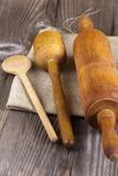 Ustensiles de cuisson se trouvant sur le tissu de jute Images stock