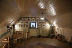 Ustensiles de la vieille hutte du Belarus Nanosy-pendaison de crémaillère de complexe d'Agro-touriste de musée Images stock