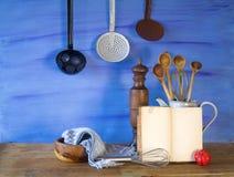 Ustensiles de livre de cuisine et de cuisine Images stock