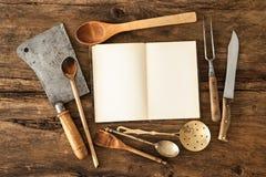 Ustensiles de livre de cuisine et de cuisine Images libres de droits