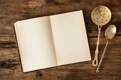 Ustensiles de livre de cuisine et de cuisine Photos libres de droits