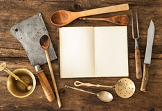 Ustensiles de livre de cuisine et de cuisine Photo stock