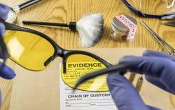 Ustensiles de recherche fondamentale avec un sac de preuves dans l'équipement légal de laboratoire photo libre de droits