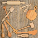 Ustensiles en bois cuillère, plat, fourchette, pilon de cuisine sur une table photos libres de droits
