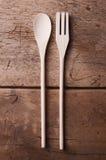 Ustensiles en bois de cuisine sur le fond en bois Photographie stock libre de droits