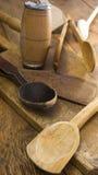 Ustensiles en bois de cuisine sur le hachoir en bois Image stock