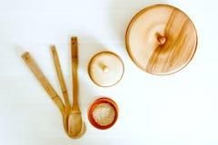 Ustensiles en bois de cuisine sur une table blanche Image stock