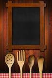 Ustensiles en bois de tableau noir et de cuisine Images stock