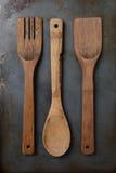 Ustensiles en bois sur la plaque de cuisson Photo stock