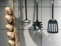 Ustensiles essentiels et ail artificiel décoratif Chai de cuisine images libres de droits