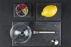Ustensiles et ingrédients pour préparer un tonique de genièvre photos stock