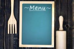 Ustensiles et menu de cuisine sur la table image libre de droits