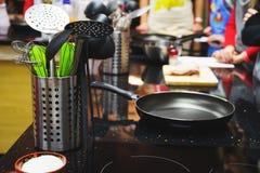 Ustensiles et ustensiles de cuisine, faisant cuire le panneau d'induction foyer mou et beau bokeh Images libres de droits