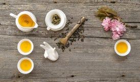Ustensiles pour la cérémonie de thé asiatique traditionnelle Théière et cuvettes Images stock