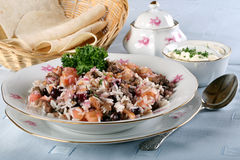 Ustensiles sur la table avec le plat du pilaf de nourriture photo libre de droits