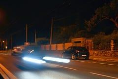 Usti nad Labem, República Checa - 16 de junio de 2018: luces del coche móvil en el camino en la calle de Opletal en la noche Fotografía de archivo libre de regalías