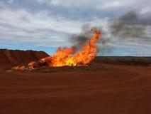 Ustione controllata del fuoco nella punta dei rifiuti con fumo e le fiamme neri fotografie stock libere da diritti